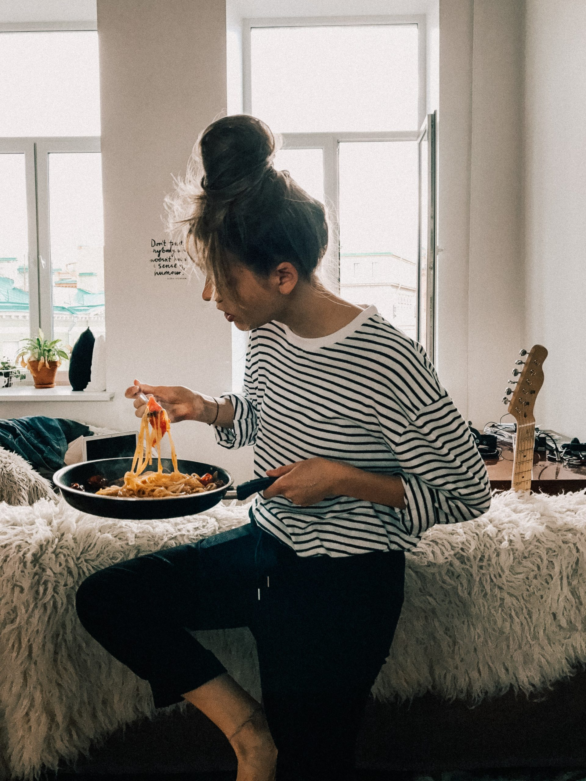 cibo e moda ragazza che mangia pasta
